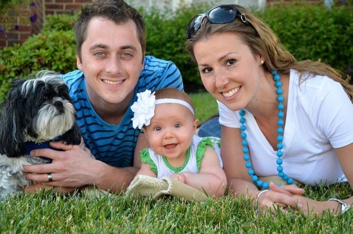 младо българско семейство с куче и дете