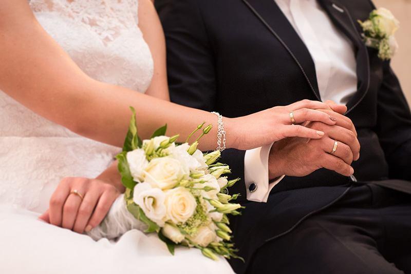 младоженци на сватбена церемония